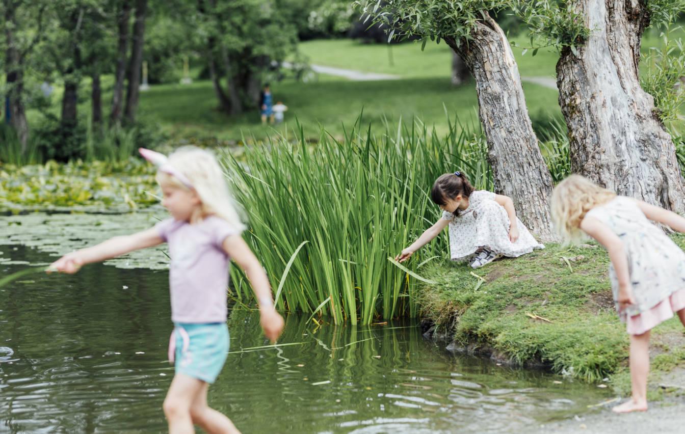 Barn som leker utenfor Vitenparken på en av våre mange aktivitetsdager. Foto: Julianne Leikanger