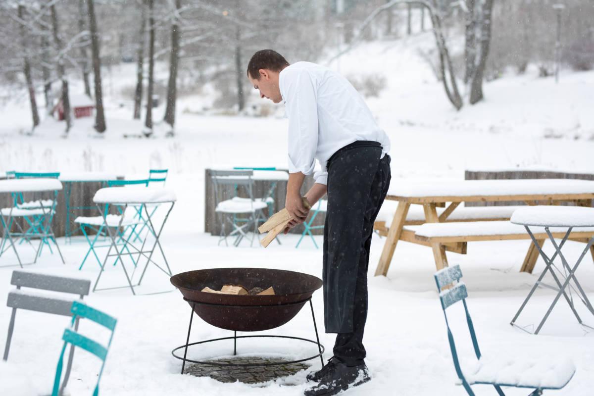 Kjøkkensjef Hafsteinn Snædal forbereder uteområdet for julebord.